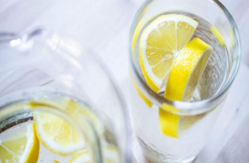 Έπινε κάθε πρωί ένα ποτήρι ζεστό νερό με λεμόνι - Ένα μήνα μετά παρατήρησε στο σώμα της...