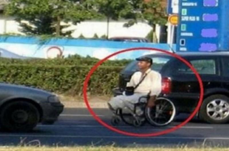 Κάμερα εντοπίζει τον ανάπηρο αλλοδαπό λίγα λεπτά μετά την φωτογραφία! Θα εξοργιστείτε