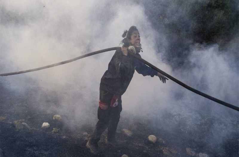 «Νιώθαμε σαν να...» - Συγκινεί η ηρωίδα που έδωσε μάχη με τις φλόγες στην Ανάβυσσο