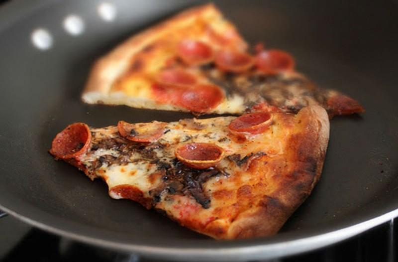 Τύλιξε με αλουμινόχαρτο ένα κομμάτι πίτσα και το έριξε στο τηγάνι - Ο λόγος θα σας ενθουσιάσει