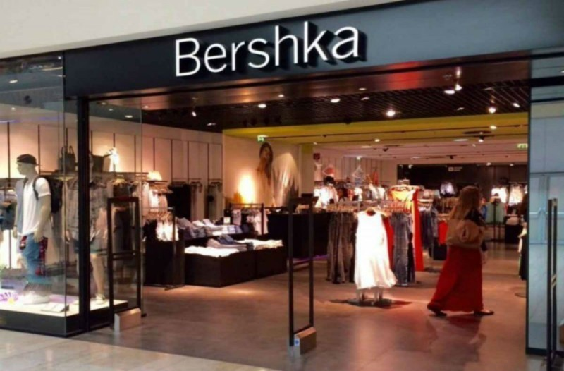 Bershka online ξεπούλημα: Το passepartout κορσέ φόρεμα που δεν θα θες να αποχωριστείς με λιγότερο από 10 ευρώ