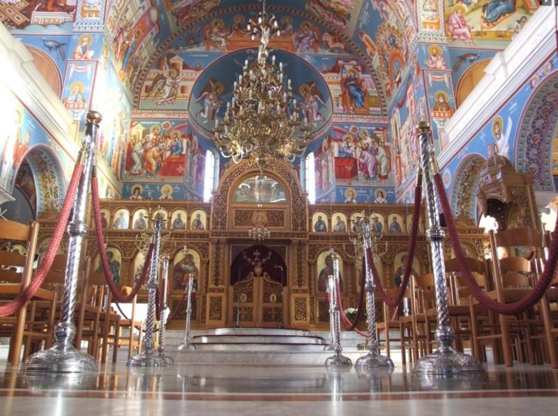 Ιερέας έλεγε στους μαθητές να φιλήσουν το σταυρό γιατί... δε θα κολλήσουν κορωνοϊό