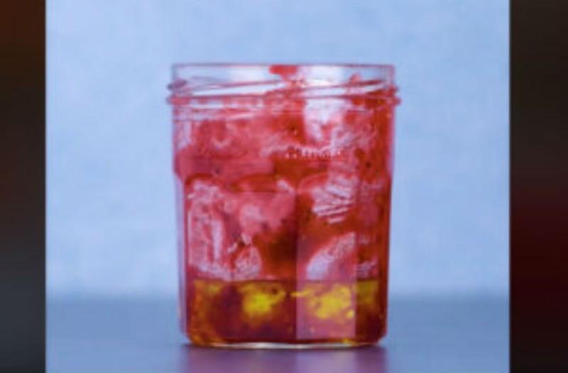 Έριξε μέσα στο βάζο με τη μαρμελάδα λίγο ελαιόλαδο - Μόλις δείτε το λόγο θα εκπλαγείτε