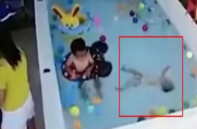 Αυτό το μωρό πνίγεται στην πισίνα - Η αντίδραση της μητέρας του θα σας σοκάρει