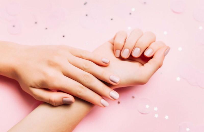 Το μυστικό για να απαλλαγείς από τα πετσάκια στα νύχια χωρίς να τα κόψεις