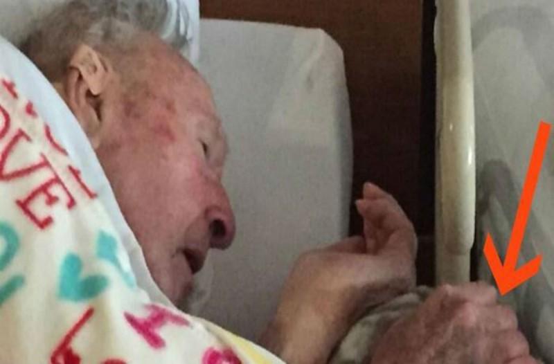 Λίγο πριν πεθάνει ο παππούς της τράβηξε αυτη τη φωτογραφία - Μόλις δείτε τι κρατάει στα χέρια του θα δακρύσετε