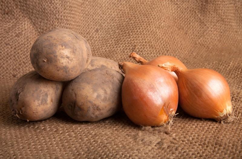 Βάζετε τις πατάτες στο ίδιο μέρος με τα κρεμμύδια; Μην το ξανακάνετε ποτέ!