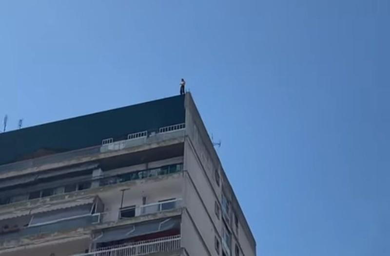 Σοκ στη Θεσσαλονίκη: Άνδρας απειλεί να πέσει από ταράτσα 12όροφης πολυκατοικίας