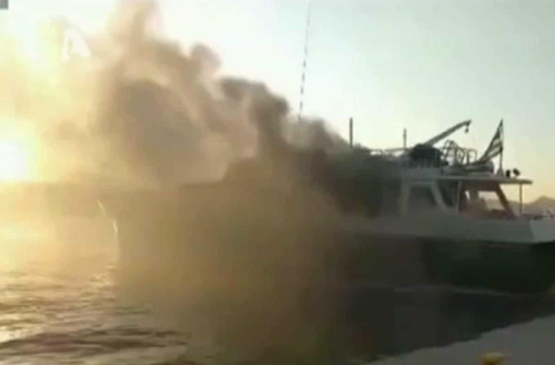 Συναγερμός στον Πόρο: Φωτιά σε τουριστικό πλοίο με 13 επιβάτες