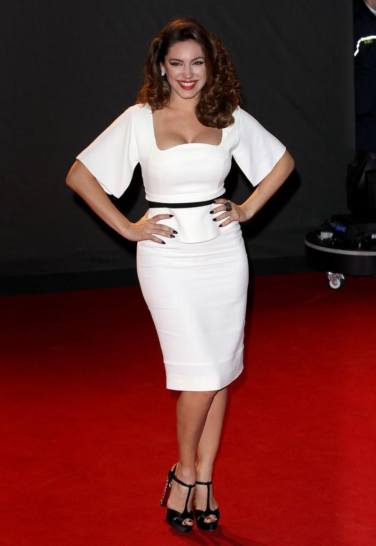Το τέλειο γυναικείο σώμα άσπρο φόρεμα