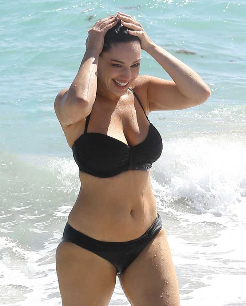 Το τέλειο γυναικείο σώμα μαύρο μαγιό