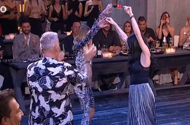Κουκλάρες Ελληνίδες τραγουδίστριες χορεύουν «καυτό» τσιφτετέλι και τρελαίνουν συνάδελφό τους