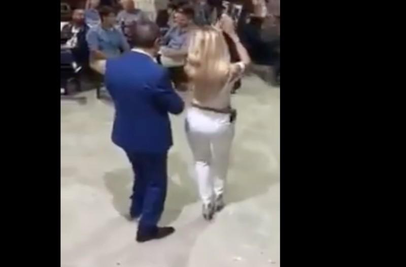 Αναστέναξε το κλαρίνο: Ξανθιά καλλονή χορεύει τσιφτετέλι που κολάζει τον οργανοπαίκτη και… όλη την πίστα στο γλέντι