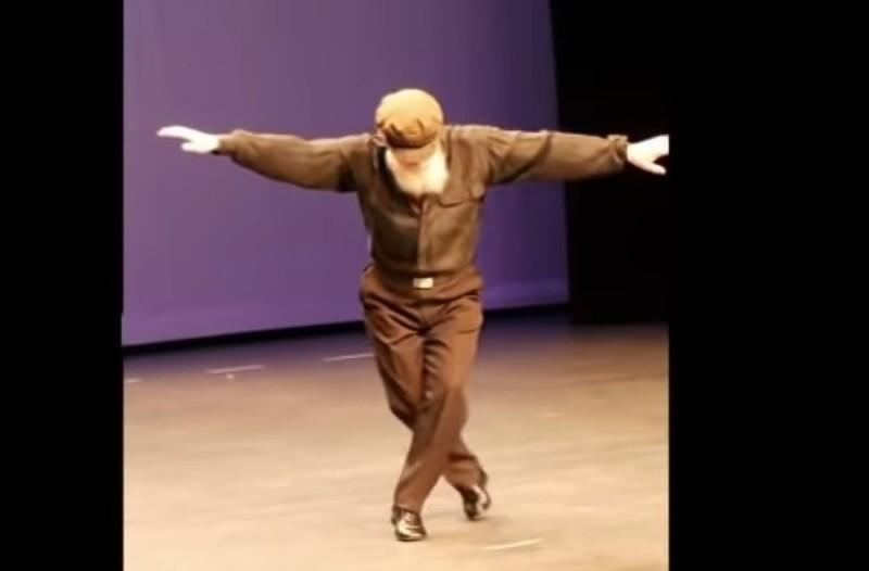 Λεβέντης παππούς χορεύει σε γερμανικό σχολείο ζεϊμπέκικο και ξεσηκώνει… γονείς και μαθητές