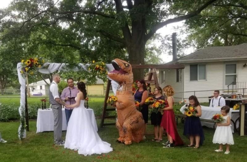 Η αδερφή της νύφης ντύθηκε δεινόσαυρος στο γάμο της