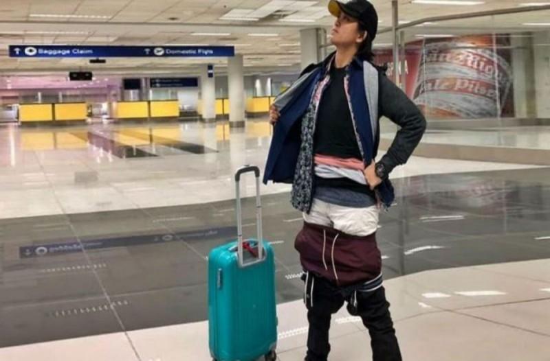 Αυτή η γυναίκα πήγε στο αεροδρόμιο φορώντας 5 μπλουζάκια και 3 παντελόνια - Μόλις δείτε το λόγο θα μείνετε άφωνοι