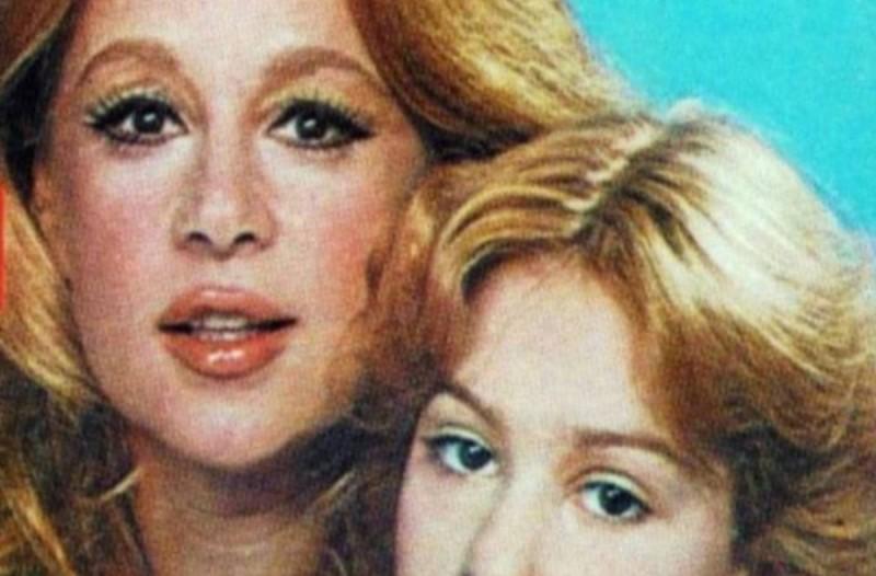 Θα πάθετε πλάκα: Ποια γνωστή ηθοποιός είναι αυτή δίπλα στην Αλίκη Βουγιουκλάκη;