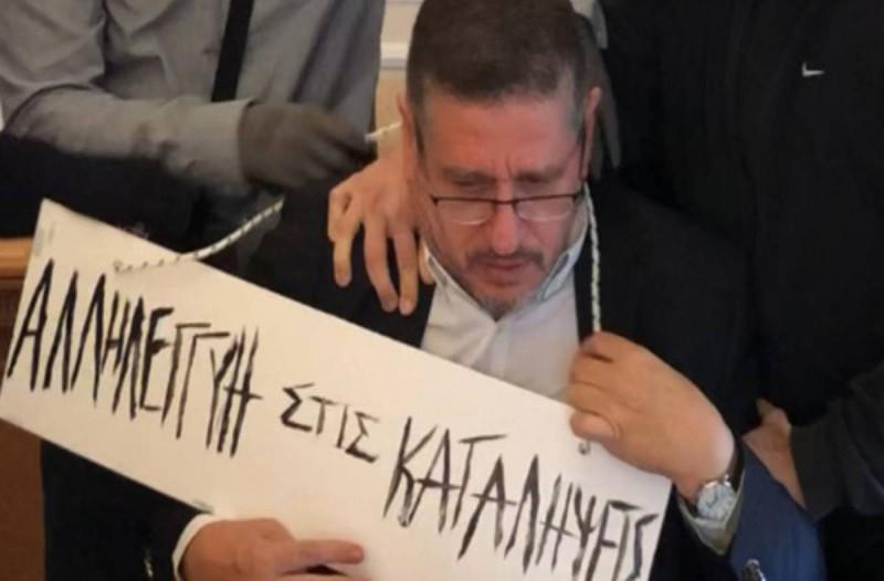 Σοκ στην ΑΣΟΕΕ: Αναρχικοί πέρασαν ταμπέλα στο λαιμό του πρύτανη