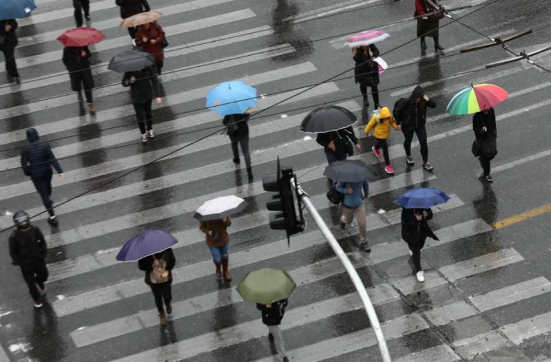 Η φωτογραφία της ημέρας: Βροχερή ημέρα στο κέντρο της Αθήνας
