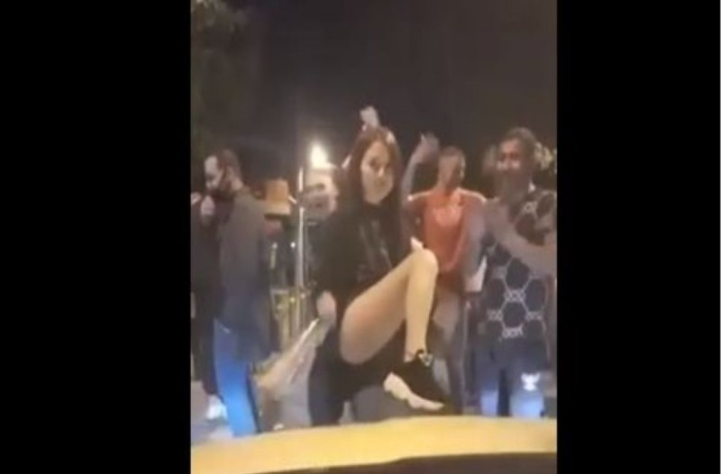 Αθήνα: Νεαροί διασκεδάζουν χωρίς μάσκες λίγο πριν το κλεισιμο της εστιασης (video)