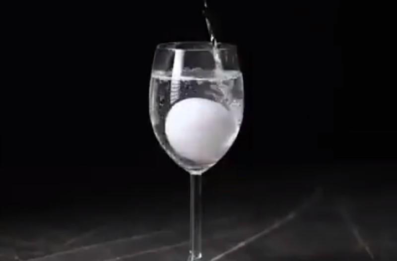 Βουτάει ένα αυγό σε ξύδι και μετά σε σιρόπι - Το αποτέλεσμα σοκάρει (Video)