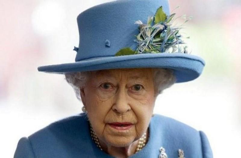 Η Βασίλισσα Ελισάβετ με γαλάζιο καπέλο