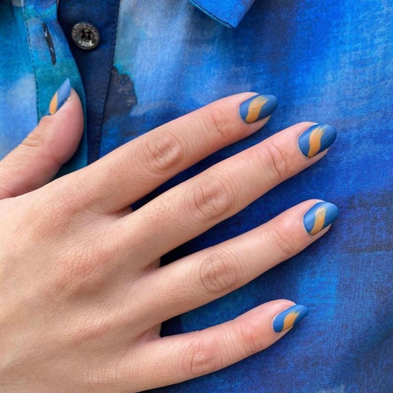 μπλε μπεζ νύχια