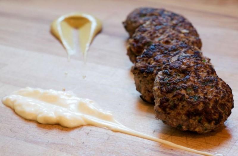 Πρόσθεσε στον κιμά για τα μπιφτέκια τριμμένη πατάτα - Μόλις δείτε το λόγο θα τρέξετε να το κάνετε