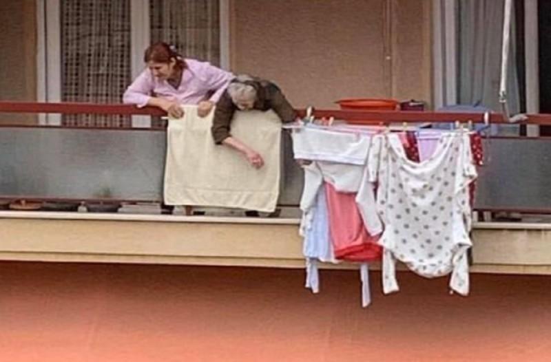 «Γιαγιά σε παρακαλώ, μην πεθάνεις»: Η συγκλονιστική φωτογραφία που έγινε viral στο Facebook και η συγκινητική ιστορία