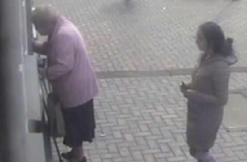 81χρονη γιαγιά πάει στο ΑΤΜ όταν παρατηρεί πίσω της μια έγκυο - Αυτό που ακολούθησε δεν έχει προηγούμενο