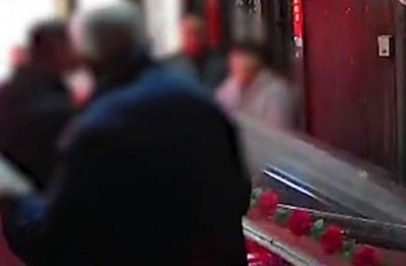Φρίκη σε κηδεία: Αδέλφια άνοιξαν το φέρετρο του πατέρα τους και... (Video)