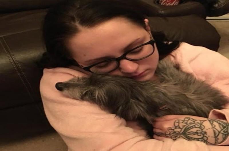 Κοριτσάκι αγκαλιά με σκυλίτσα