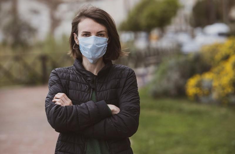 Γυναίκα φοράει μάσκα για την πρόληψη από τον κορωνοϊό