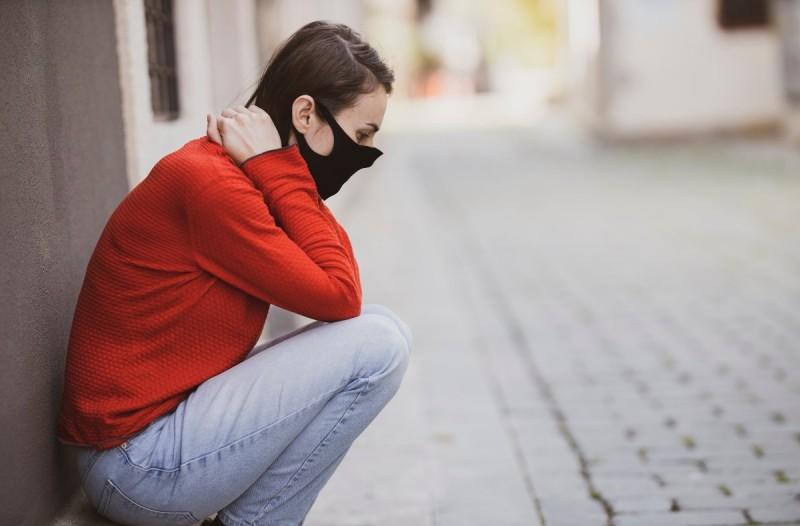 Γυναίκα με μάσκα για την αποφυγή του κορωνοϊού