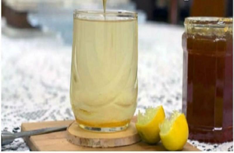 20χρονη γυναίκα έπινε ζεστό νερό με μέλι & λεμόνι για έναν ολόκληρο χρόνο – Μαντέψτε τα αποτελέσματα!