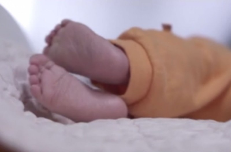 24χρονη μητέρα εγκατέλειψε το μωρό της σε ένα κουτί στο τοίχο και εξαφανίστηκε - Ο λόγος; Θα σας εξοργίσει