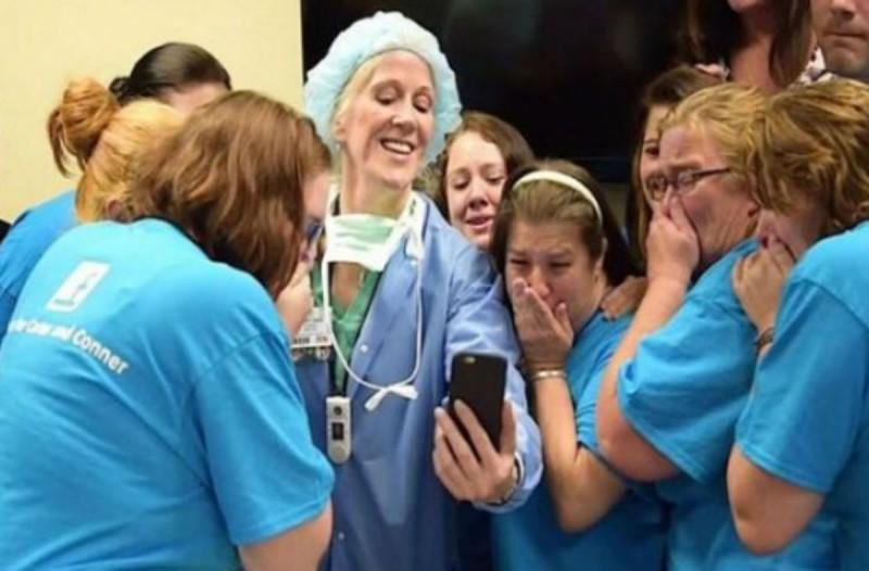 Οι νοσοκόμες επέμεναν ότι η μητέρα έπρεπε να ρίξει τα δίδυμά μωρά της -  Όταν όμως είδαν αυτό στο κινητό της έπαθαν σοκ (photo)