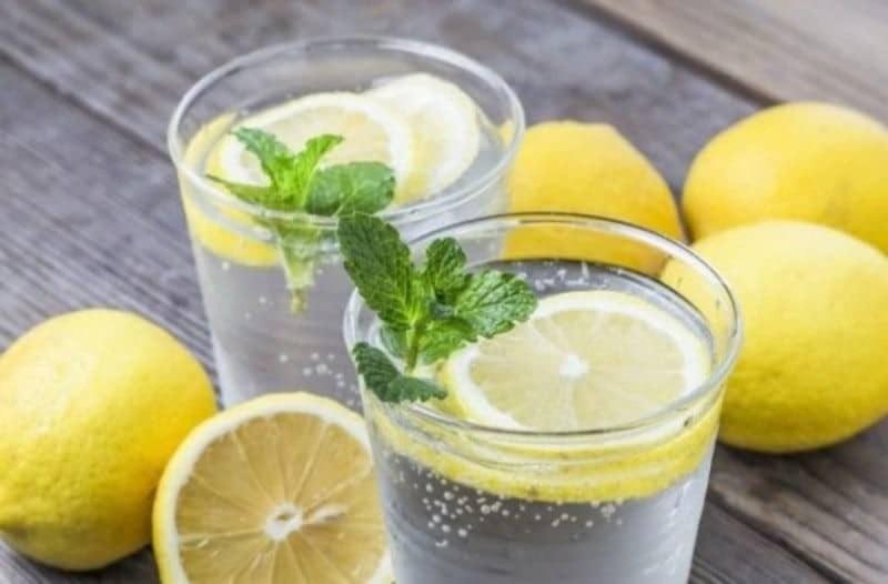 Νερό με λεμόνι για δίαιτα