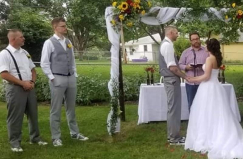 Νύφη είπε στην αδερφή της να φορέσει «ότι θέλει» στον γάμο της - Μόλις την δείτε θα πάθετε σοκ (photo)
