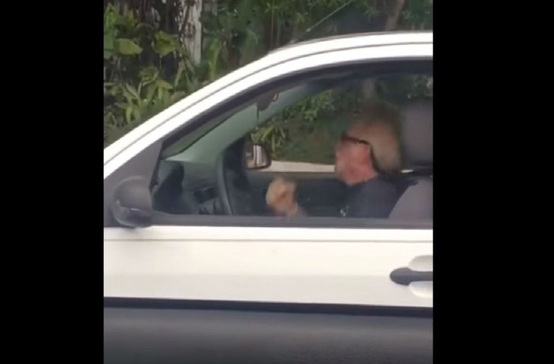 85χρονος παππούς αρχίζει και χτυπιέται μέσα στο αμάξι - Μόλις μάθετε τον λόγο θα μείνετε