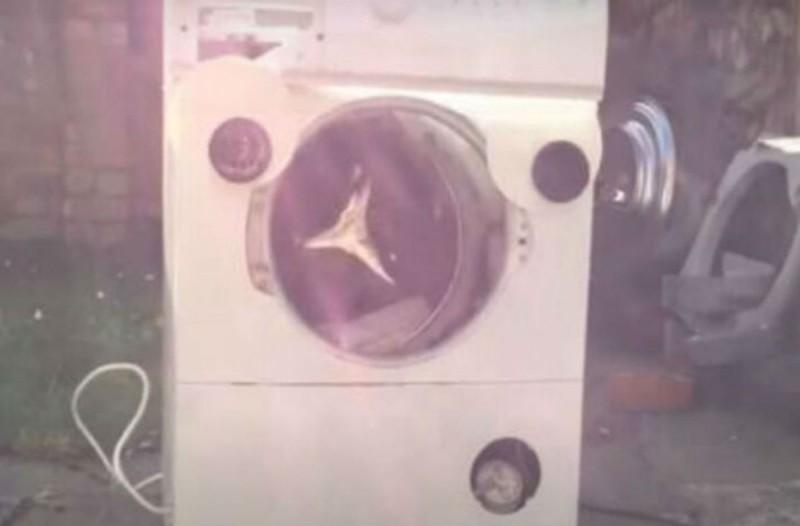 Έβαλε μέσα στο πλυντήριο ένα τούβλο - Δείτε τι συνέβη (Video)