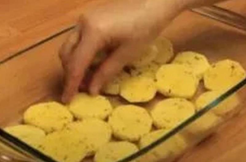 Παίρνει πατάτες, κοτόπουλο και τα τοποθετεί μέσα στο πυρέξ! Όταν θα ρίξει ελαιόλαδο θα γίνει ότι πιο νόστιμο έχεις δοκιμάσει ποτέ!