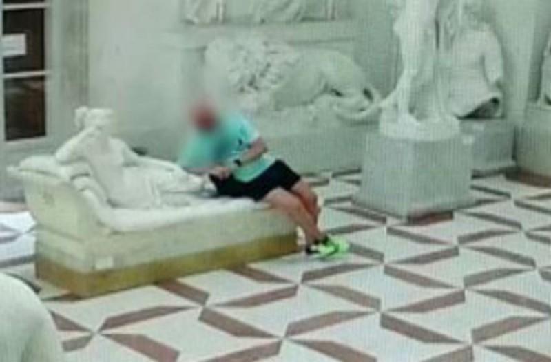 Στέκεται δίπλα από ένα άγαλμα για να βγάλει μια selfie- Λίγα δευτερόλεπτα μετά γίνεται το απίστευτο!