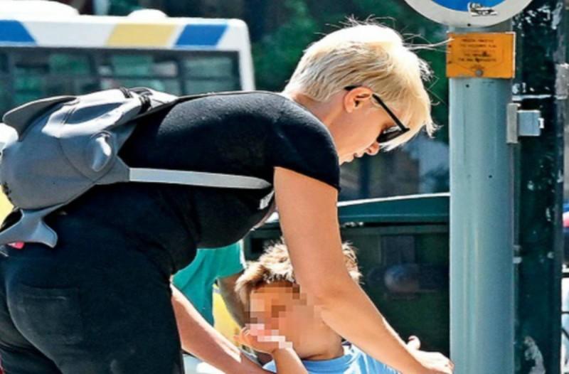 Σία Κοσιώνη: Δεν την αναγνώρισαν - Με κολλητή μαύρη φόρμα στο κέντρο της Αθήνας με τον γιο της