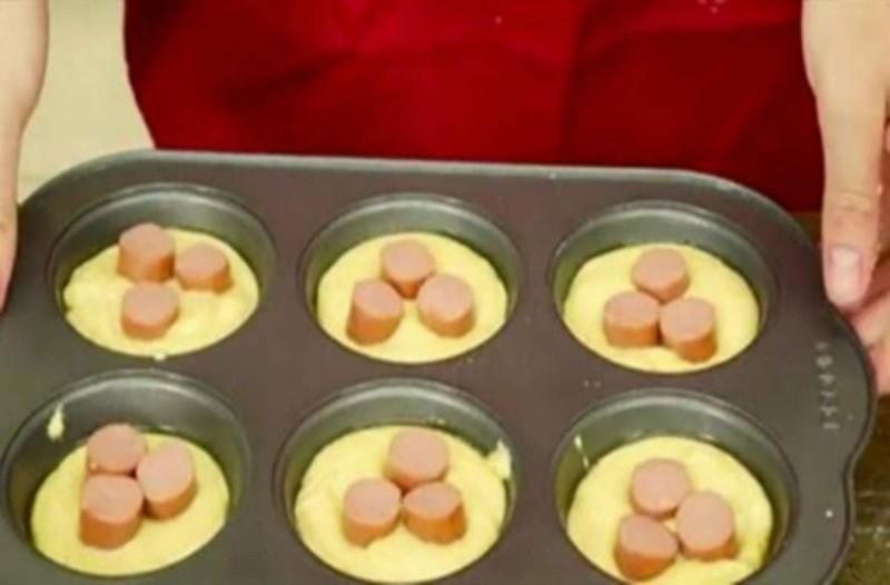 Γεμίζει με γάλα, αυγά και λουκάνικα μια φόρμα κέικ - Τα βάζει στο φούρνο για 12 λεπτά και...
