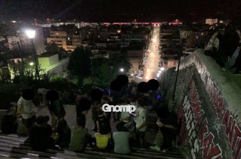 Κόσμος σε σκαλιά και πλατείες στην Πάτρα