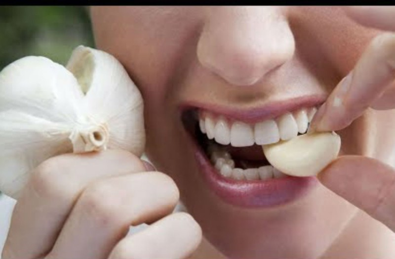 Κρατήστε ένα σκόρδο στο στόμα σας για 30 λεπτά - Τα αποτελέσματα; Απίστευτα!