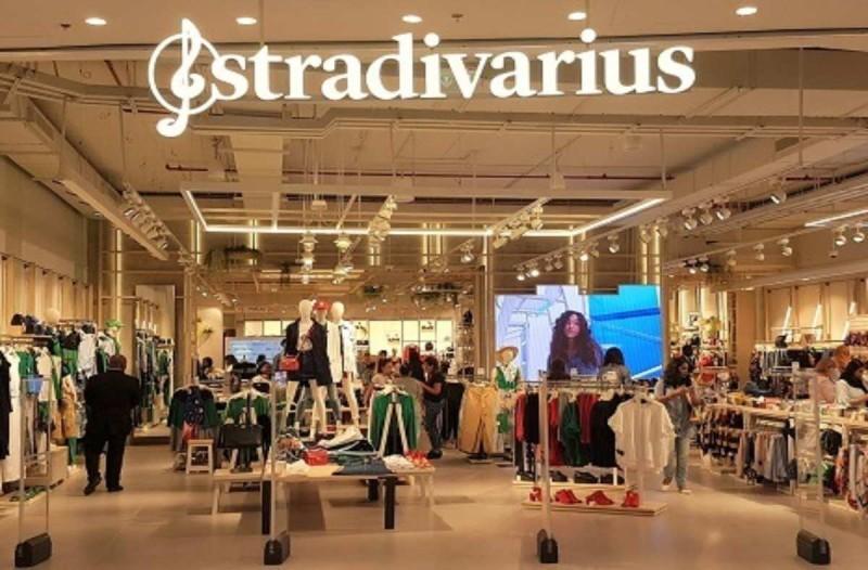 Stradivarius: Το φόρεμα που φοριέται χειμώνα - καλοκαίρι και θα πάθεις σοκ με την τιμή του
