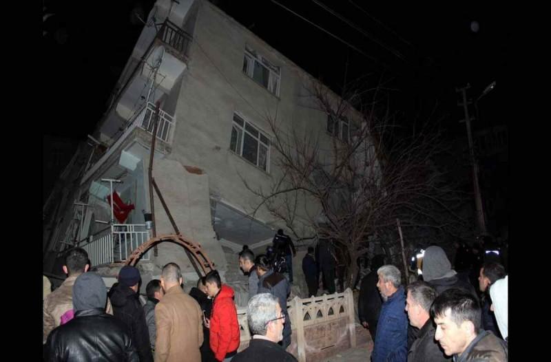 Τουλάχιστον 26 οι νεκροί από τον φονικό σεισμό στην Σμύρνη - Πάνω από 880 οι τραυματίες