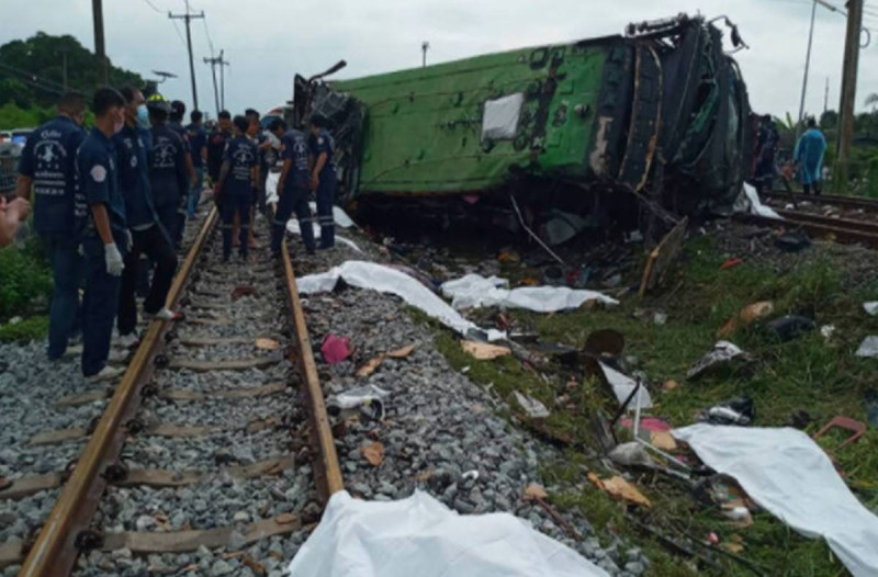 Ασύλληπτη τραγωδία: Λεωφορείο συγκρούστηκε με τρένο - Στους 17 οι νεκροί